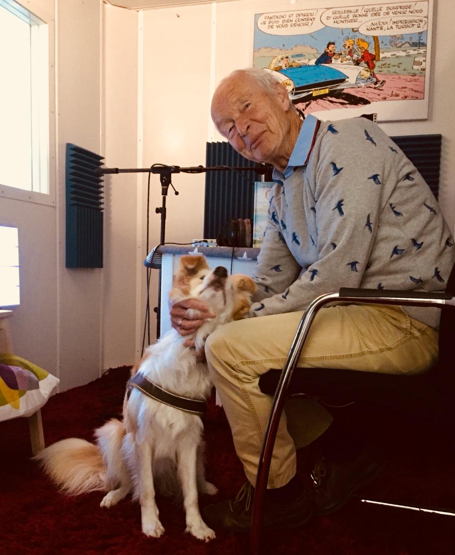 Studiohond Casper met voorlezer Guus Kuijer