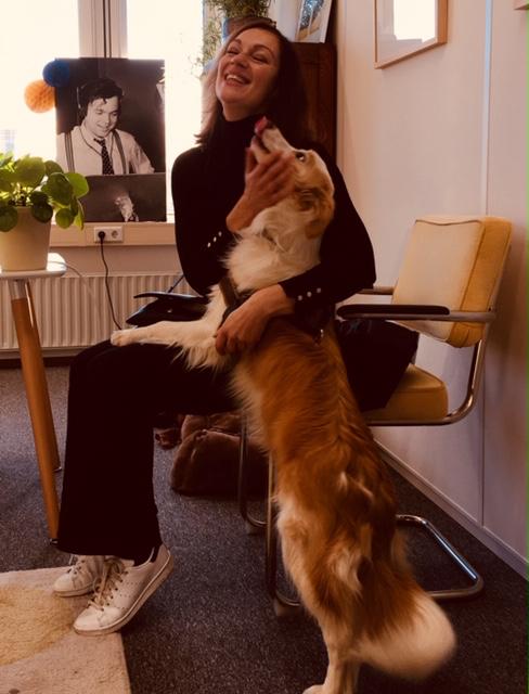 Studiohond Casper met voorlezer Miryanna van Reeden
