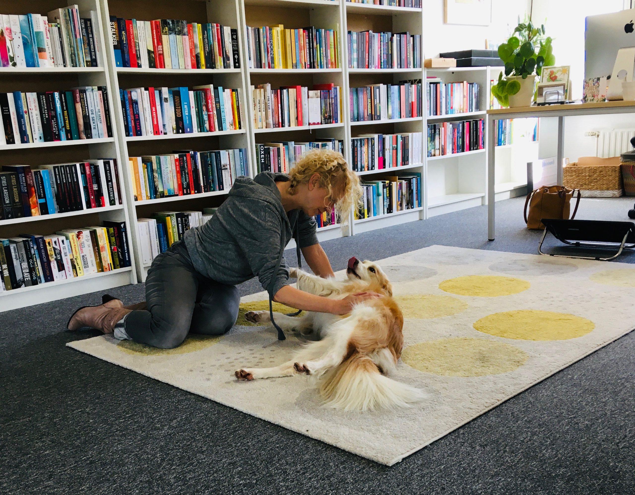 Studiohond Casper met voorlezer Charlotte Lap