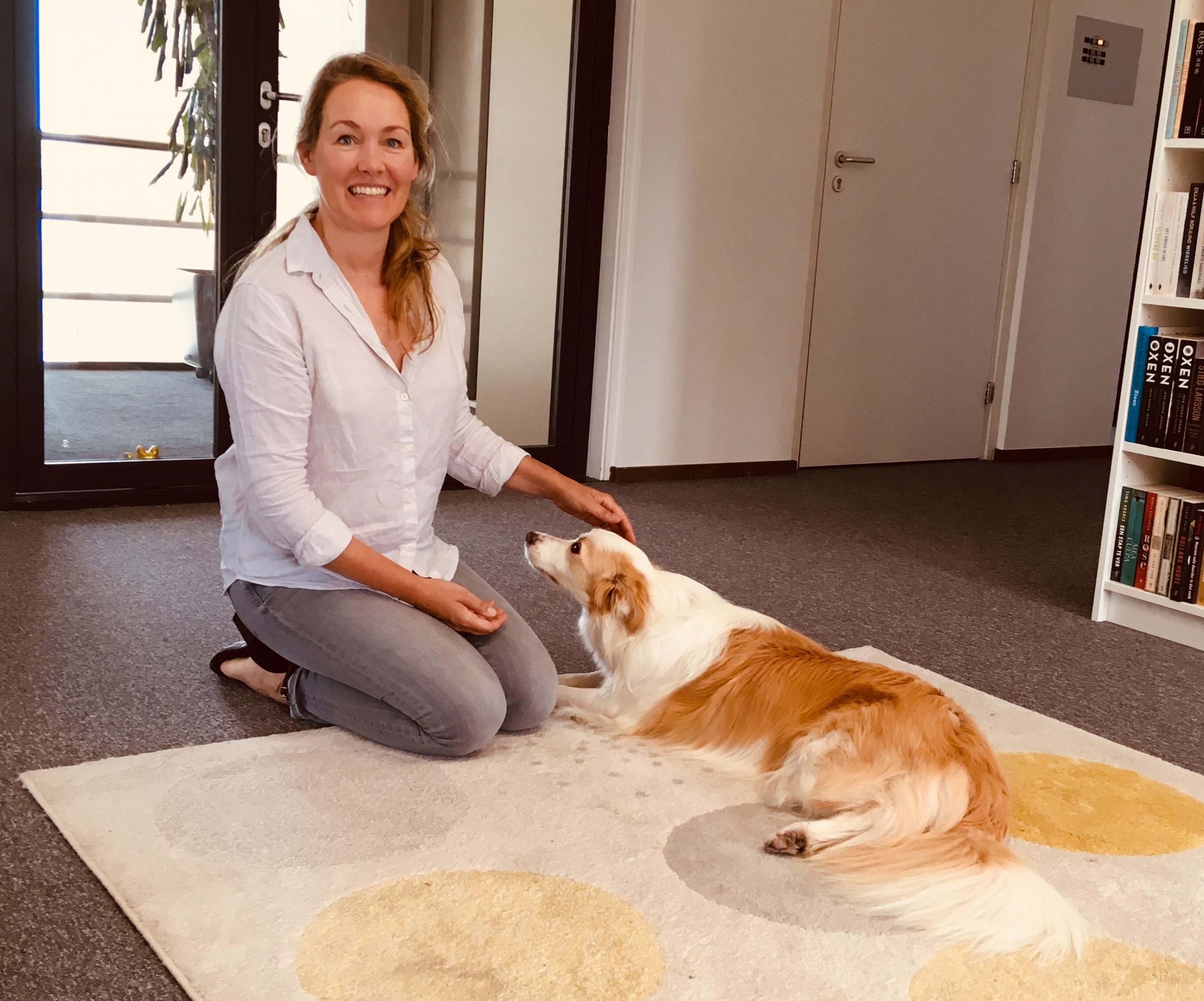 Studiohond Casper met voorlezer Esther Floor