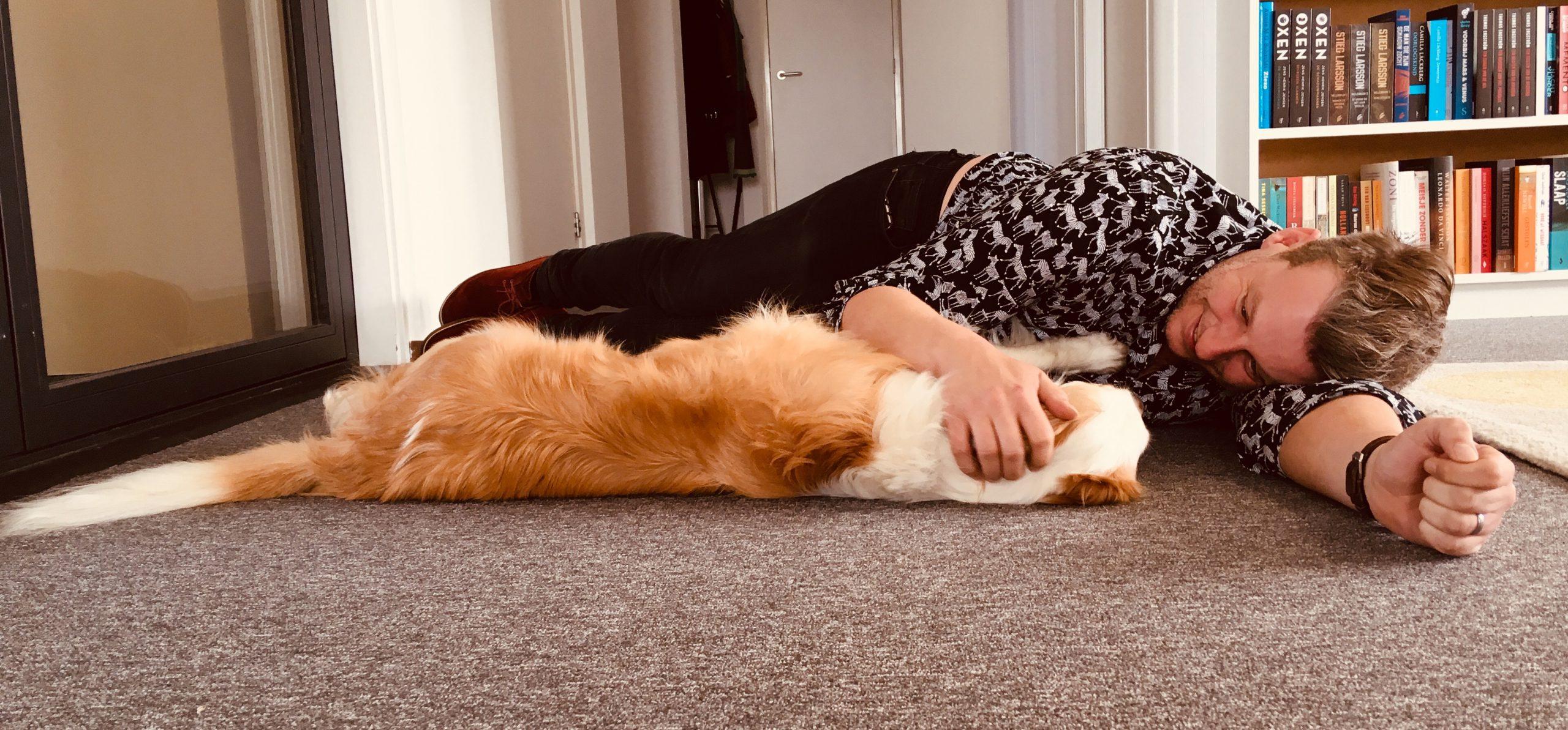 Studiohond Casper met voorlezer Jelle Amersfoort