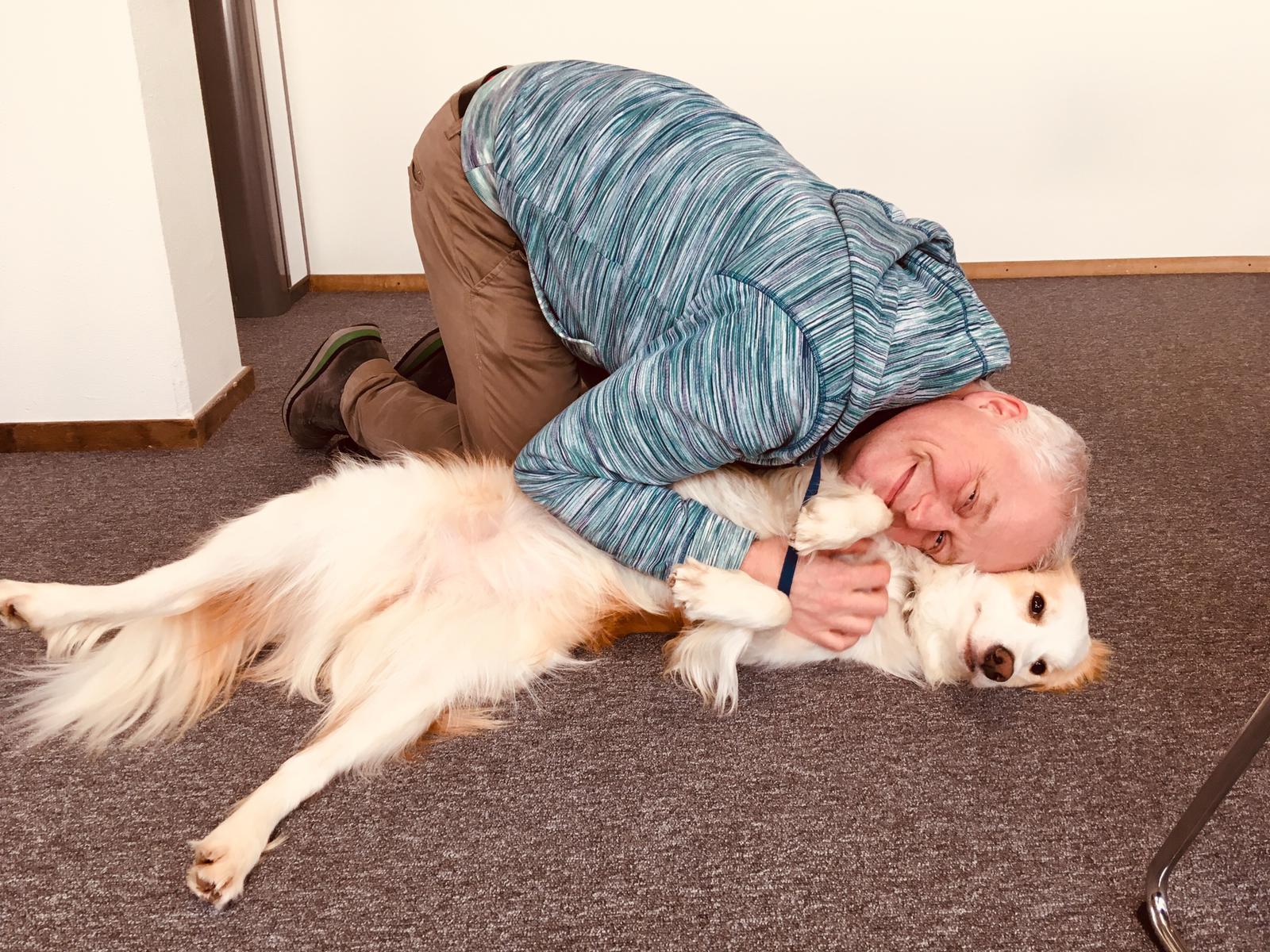 Studiohond Casper met voorlezer Louis van Beek