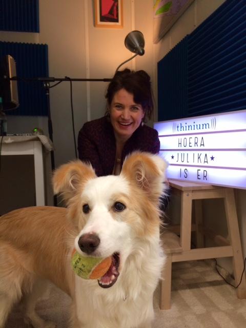 Studiohond Casper met voorlezer Julika Marijn