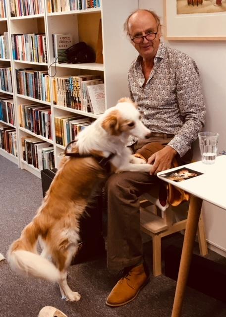 Studiohond Casper met voorlezer Kees Hulst